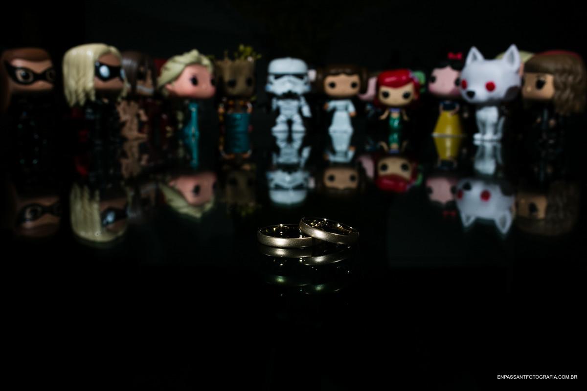 bonecos de personagens de filme olhando para as alianças