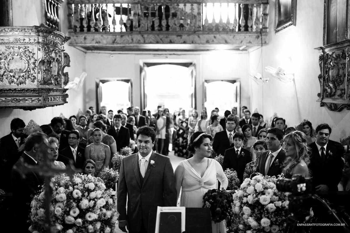 noivos na cerimônia olhando para o lado