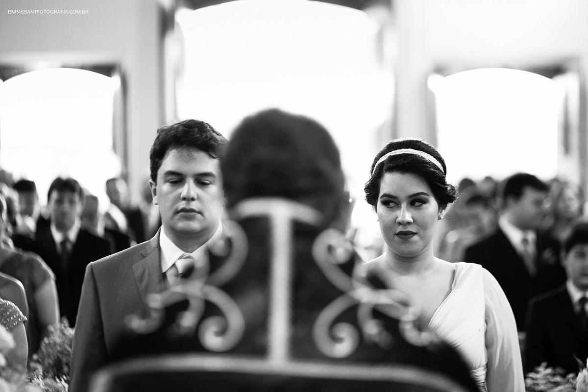 padre celebrando o casamento e noiva olhando para o lado