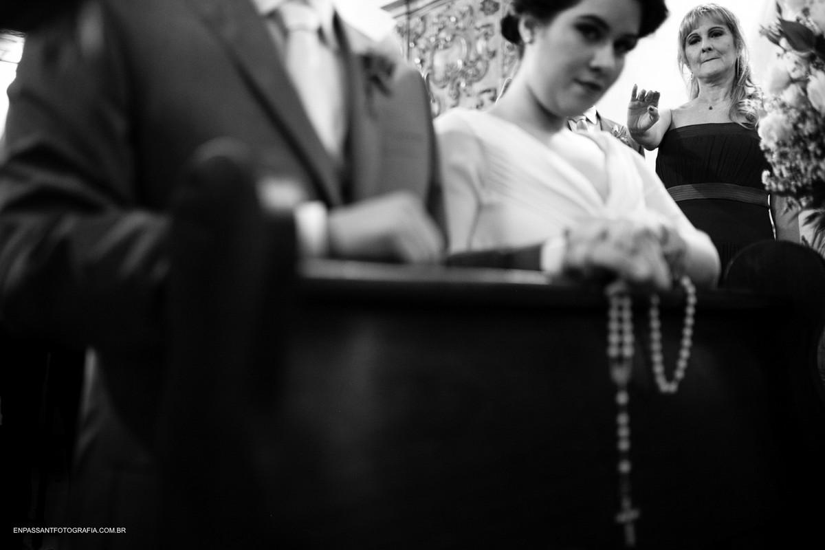noivos fazendo suas preces enquanto mãe da noiva abençoa