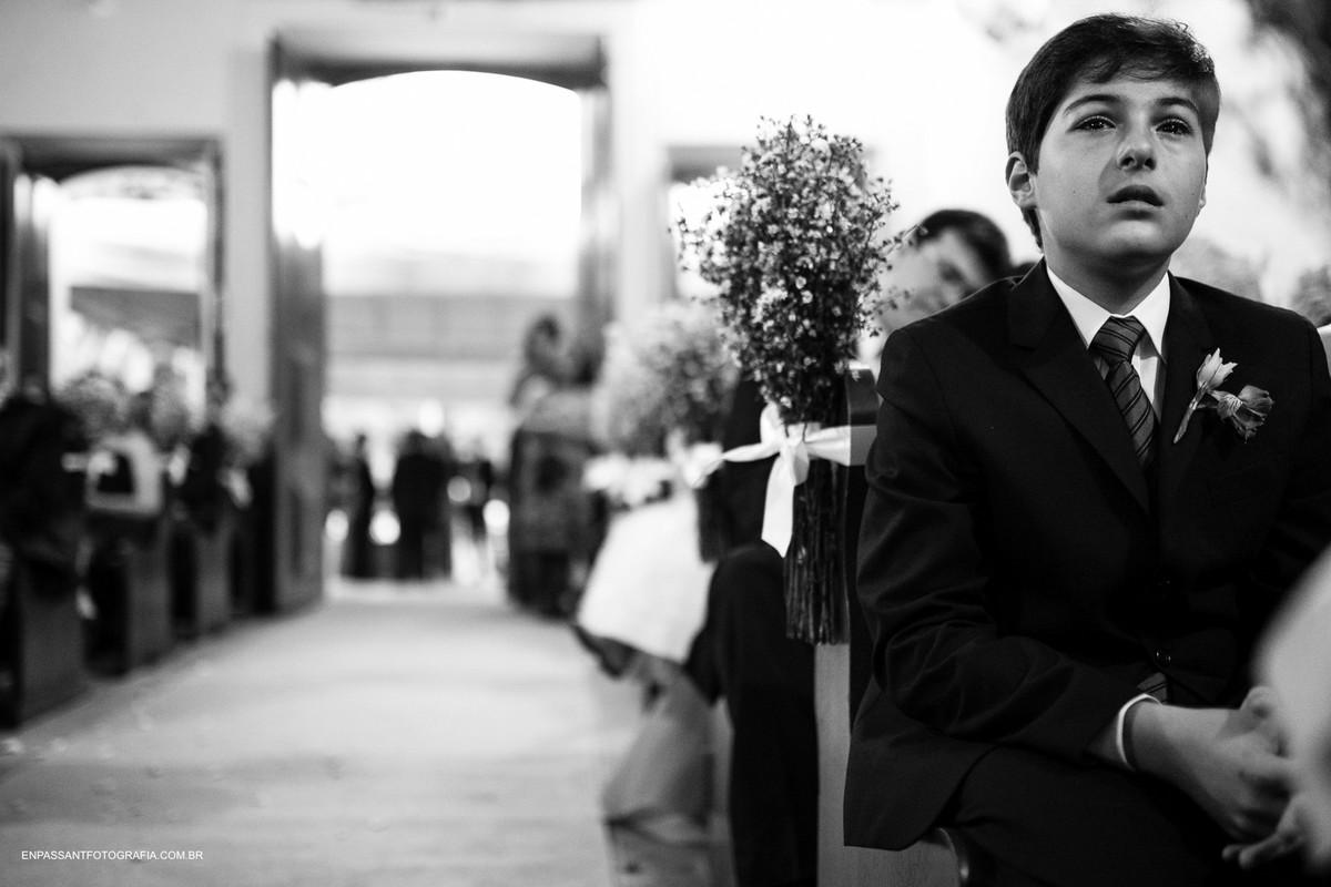irmão da noiva chorando durante a cerimônia