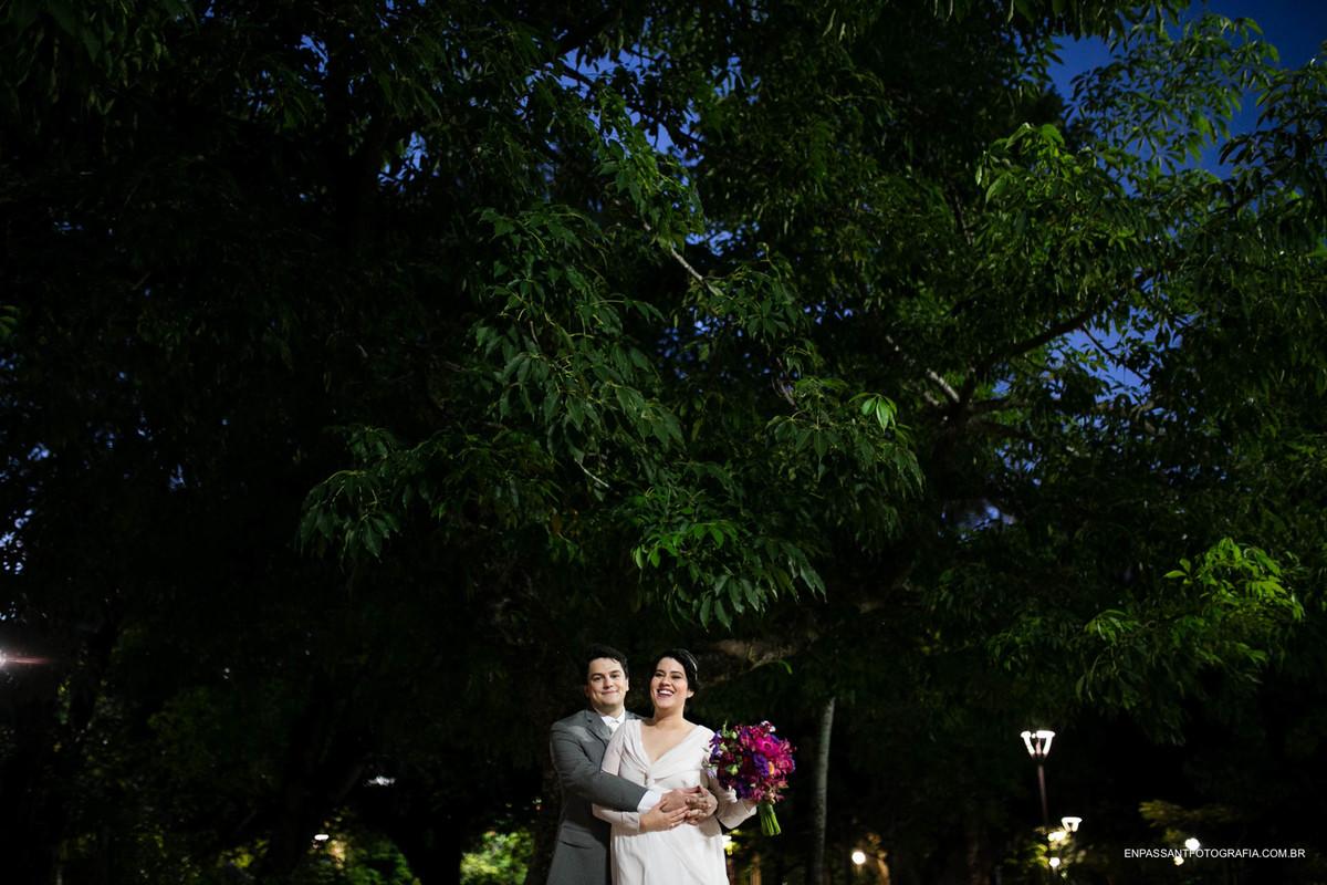 noivos abraçados num gramado