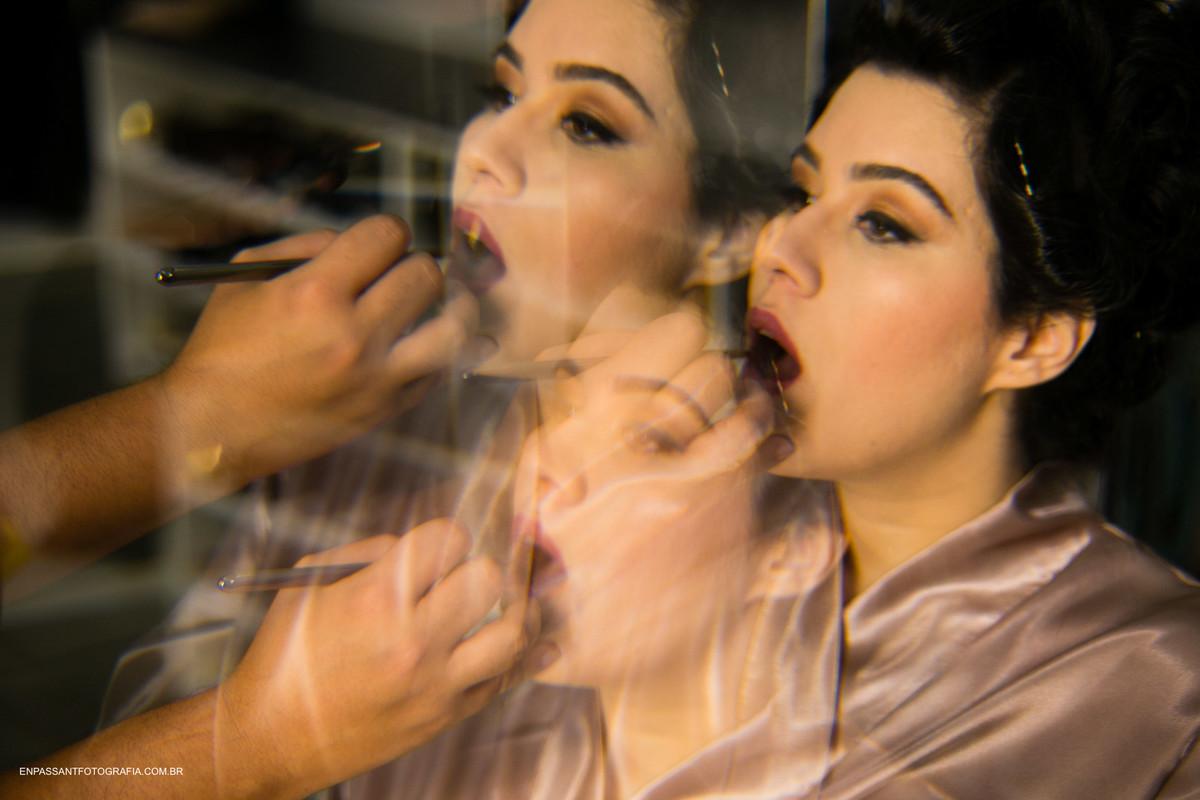 maquiador passando batom na noiva
