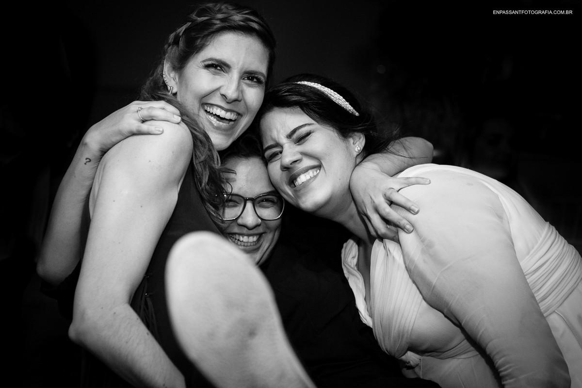 noiva e amigas se abraçando