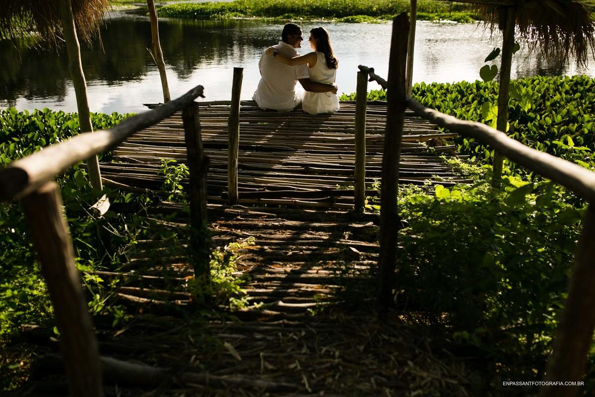 casal abraçado na beira do lago