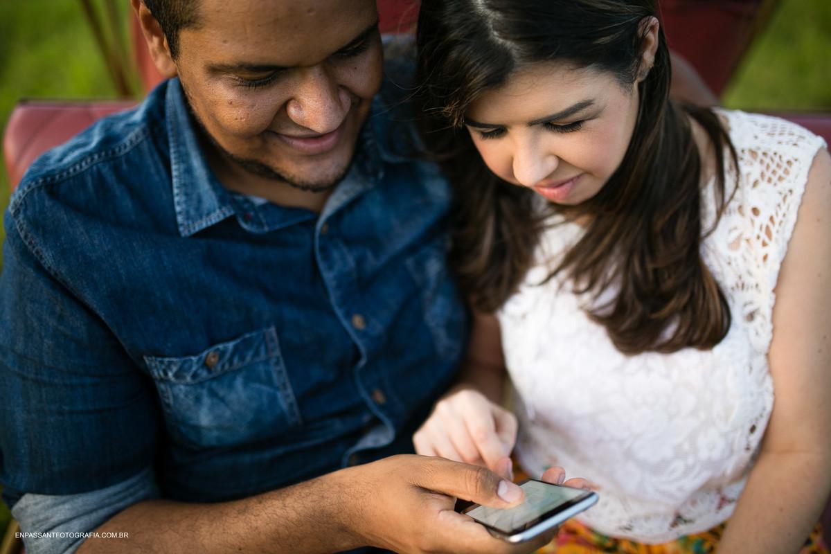 casal vendo o celular