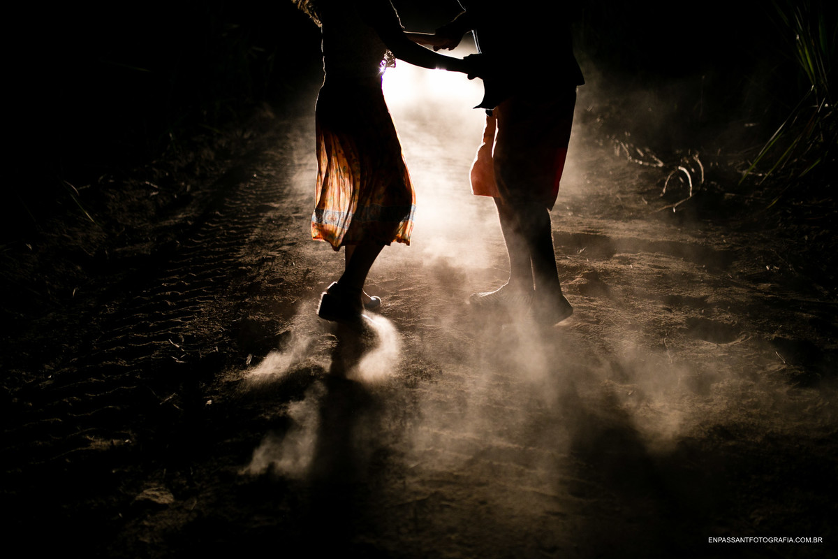 noivos dançando no escuro