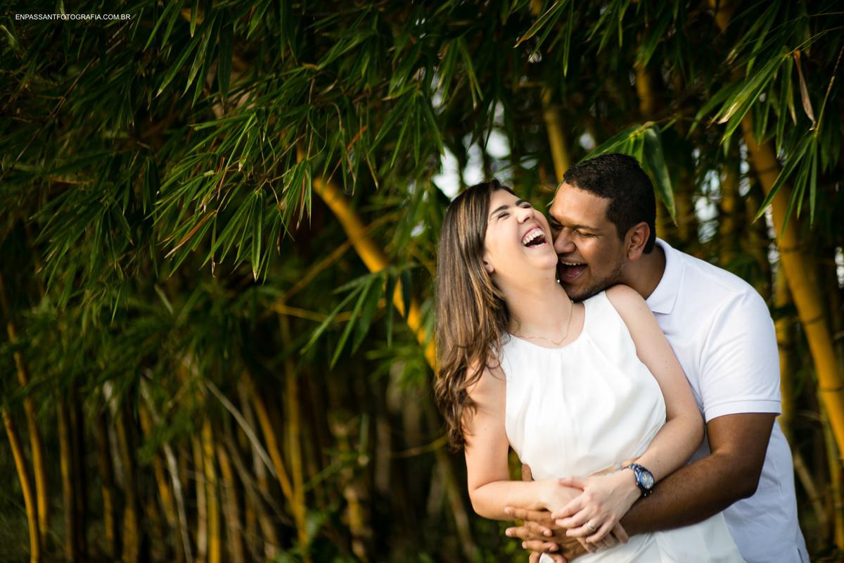 casal abraçado rindo