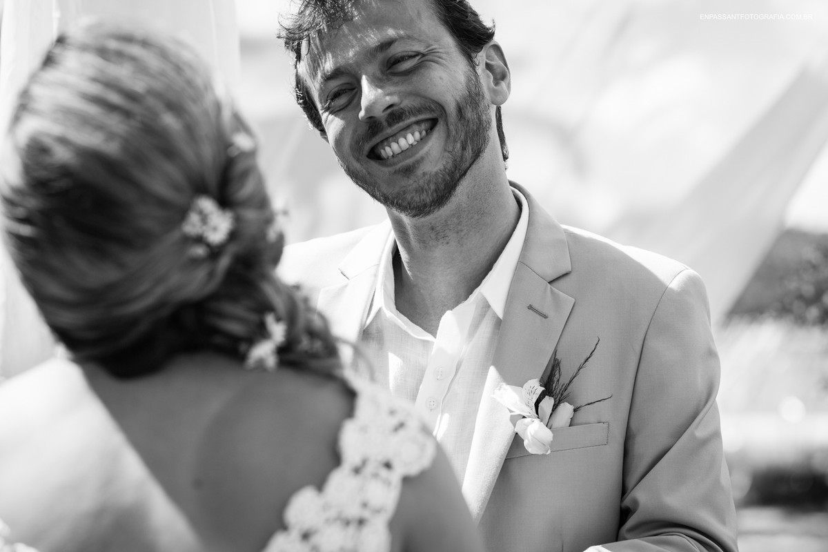 noivo olhando feliz para a noiva