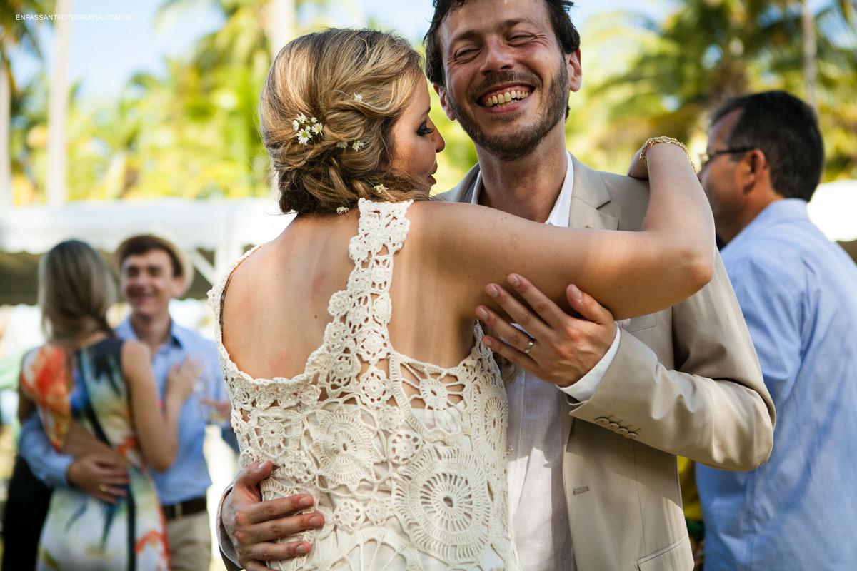 noivos abraçados dançando