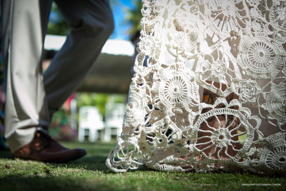 pés dos noivos dançando