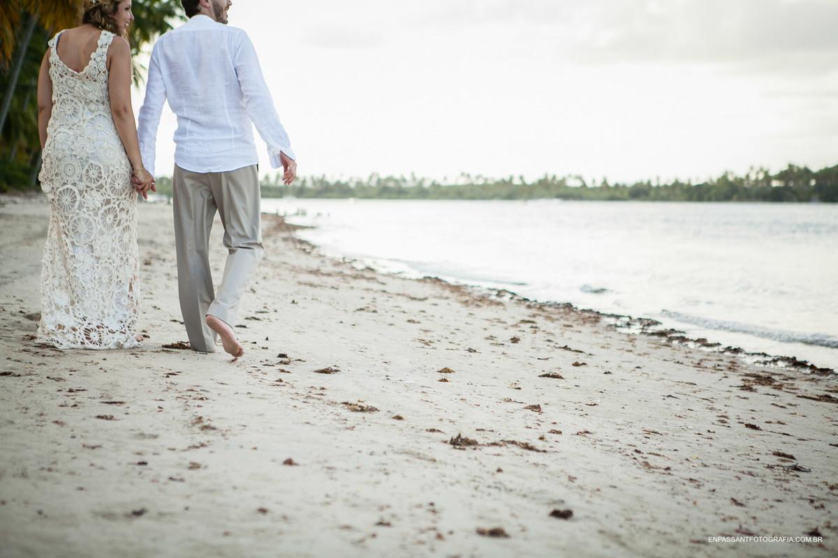 noivos andando na praia