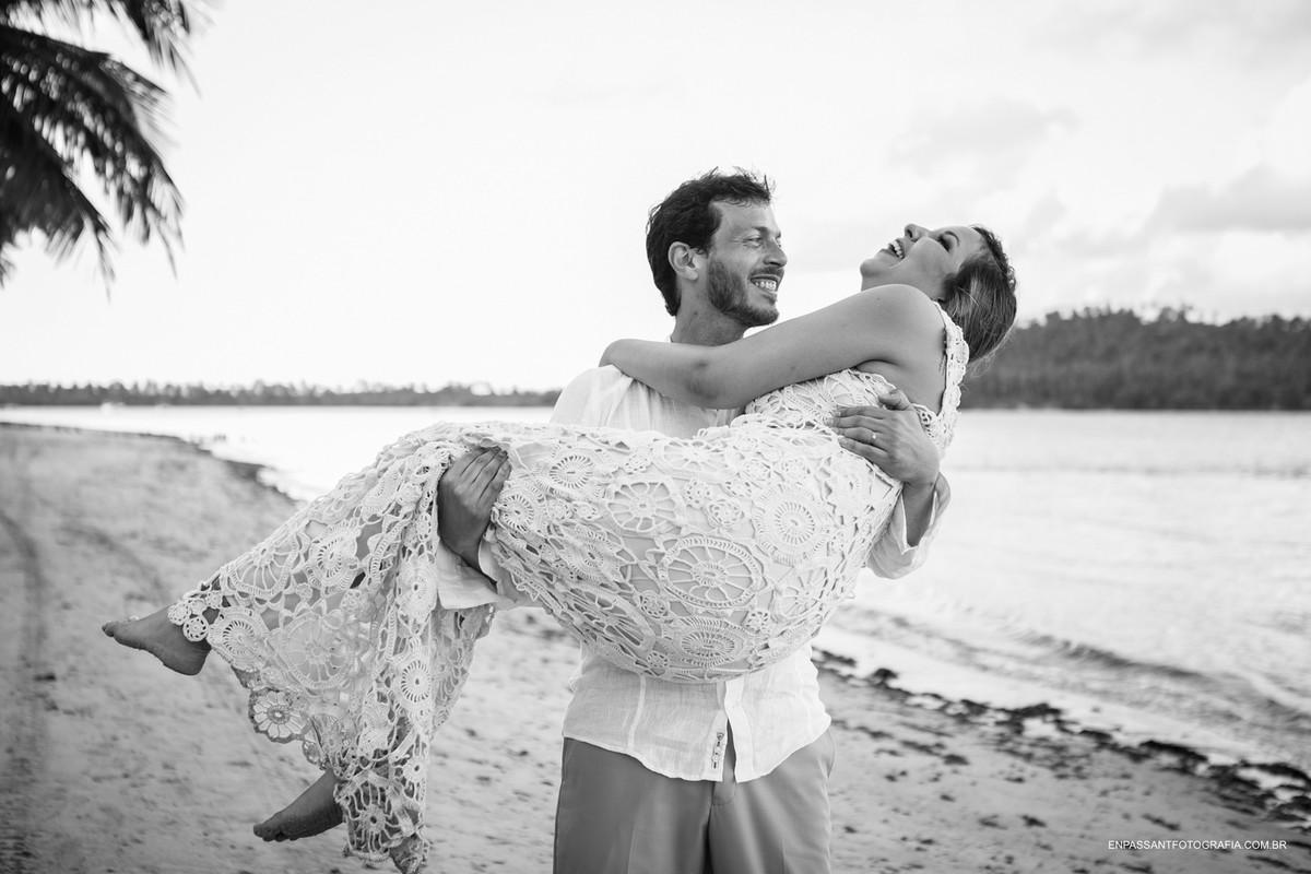 noivo carregando a noiva nos braços