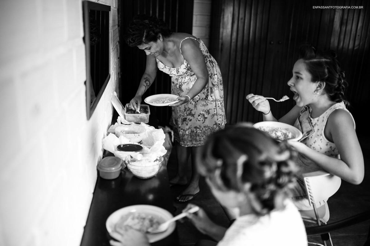 mulher e crianças comendo