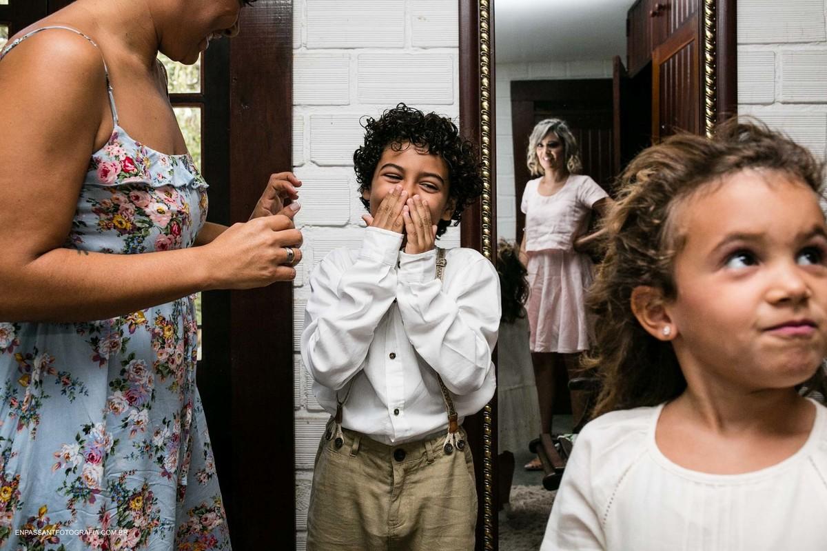 criança sorri enquanto vê a noiva