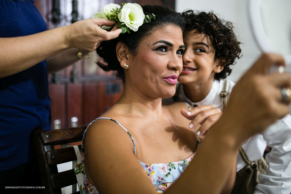 noiva e filho se veem no espelho