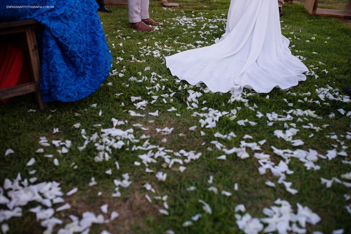 vestido da noiva na grama