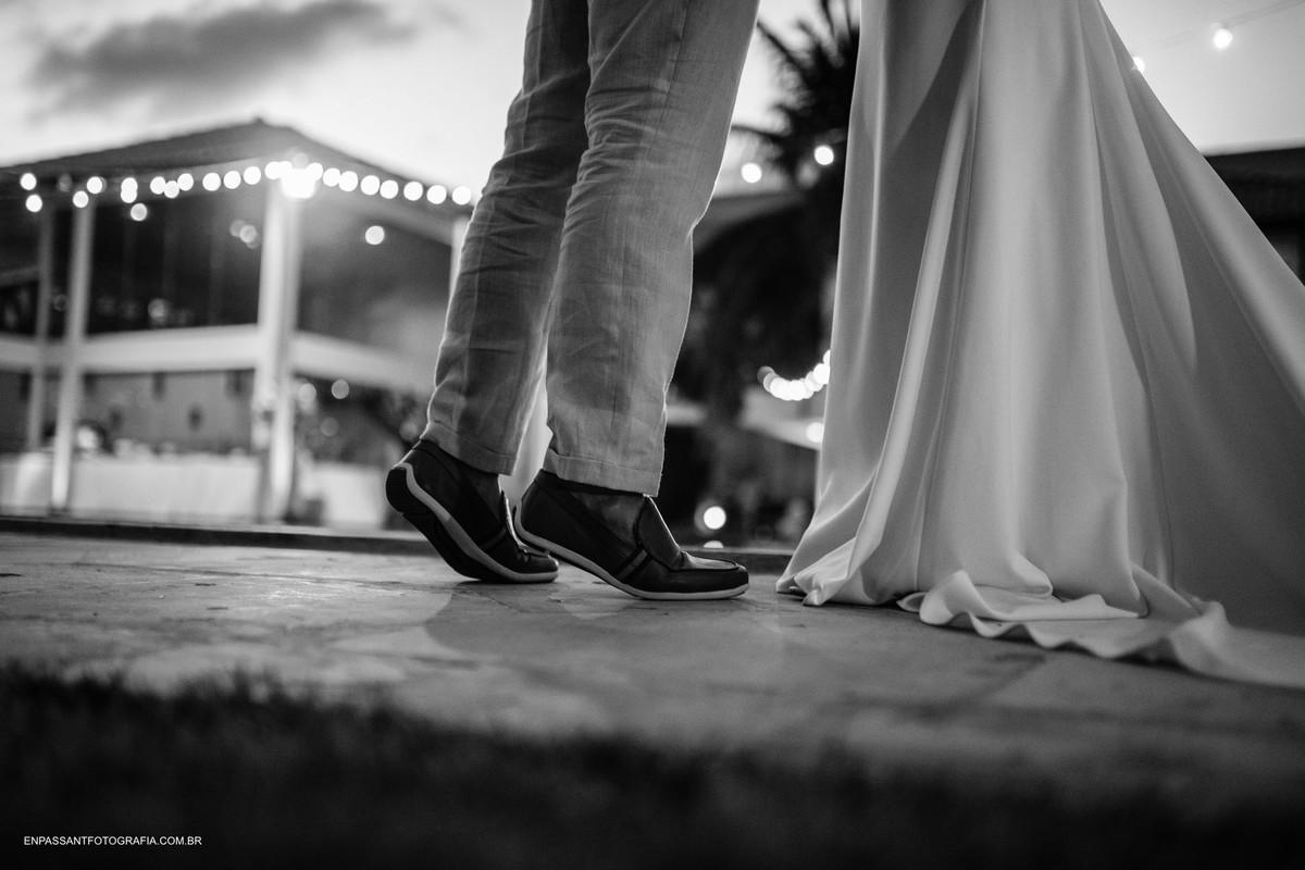 noivo na ponta dos pés
