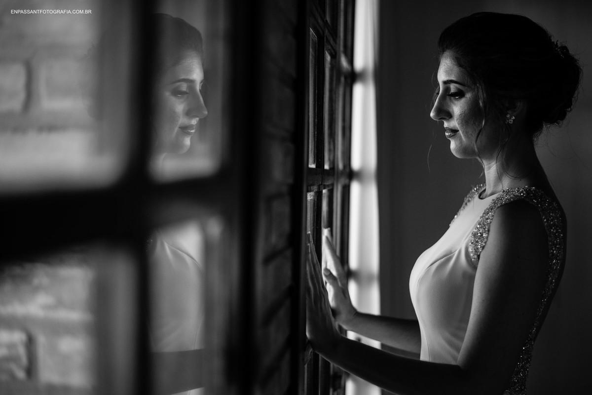 noiva e seu reflexo no vidro