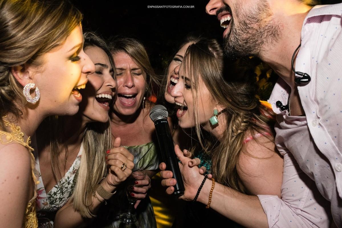 convidadas cantando no microfone