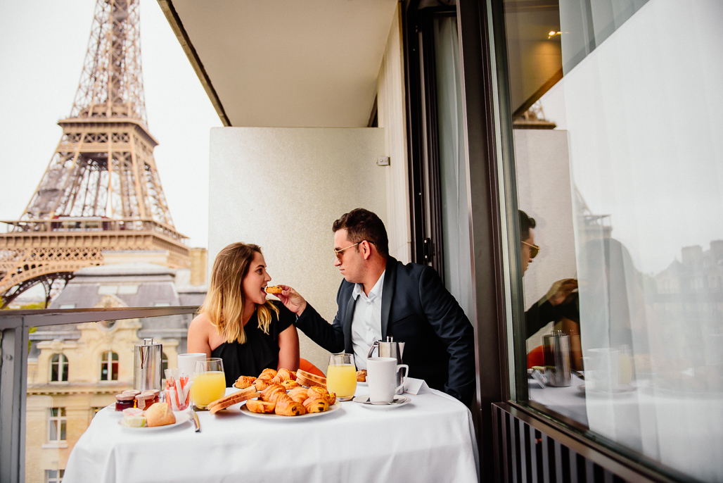 Resultado de imagem para casal dando comida na boca
