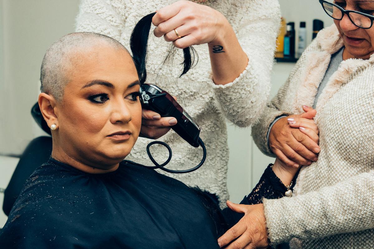 câncer de mama, superação, corte de cabelo, débora vassoler, anelise piccini, fotógrafo, fotógrafa, passo fundo, família, mãe, mãe segurando  a mão