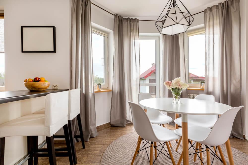 Imagem capa - Mesa redonda na sala de jantar: quando e como usar! por Maíra Onofri