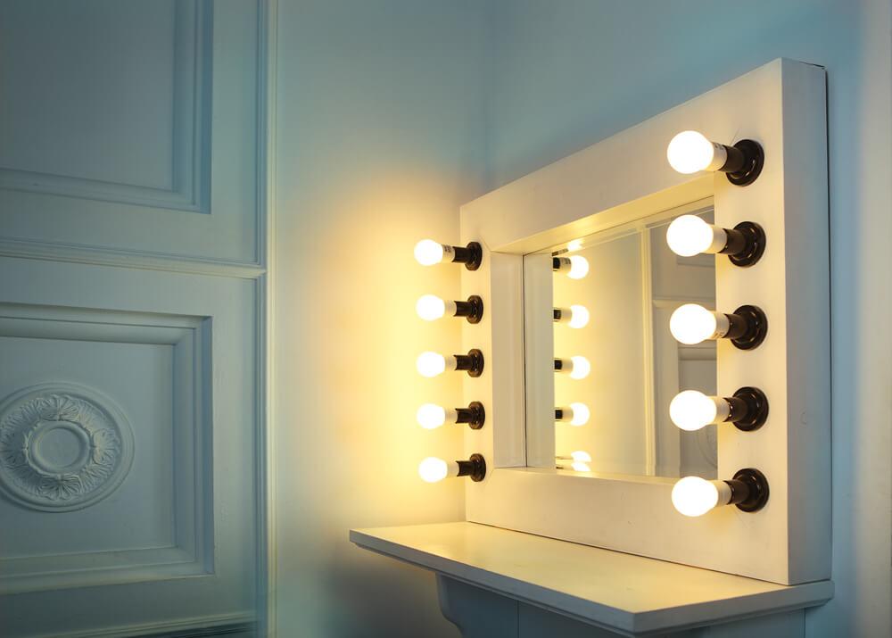 Imagem capa - Qual a melhor iluminação para o ambiente de maquiagem? por Maíra Onofri