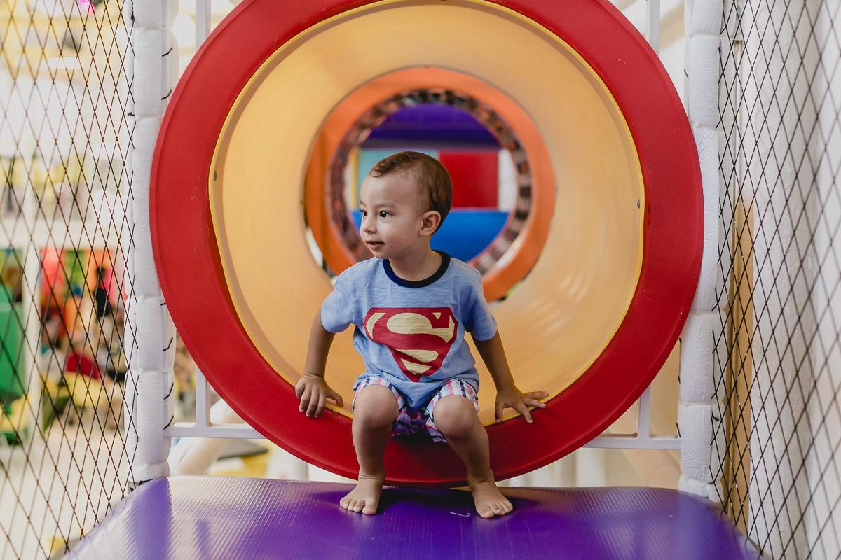 atravessando o túnel dentro do brinquedao