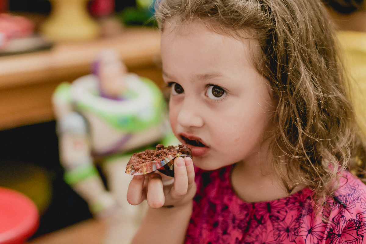 comendo um cupcake de chocolate