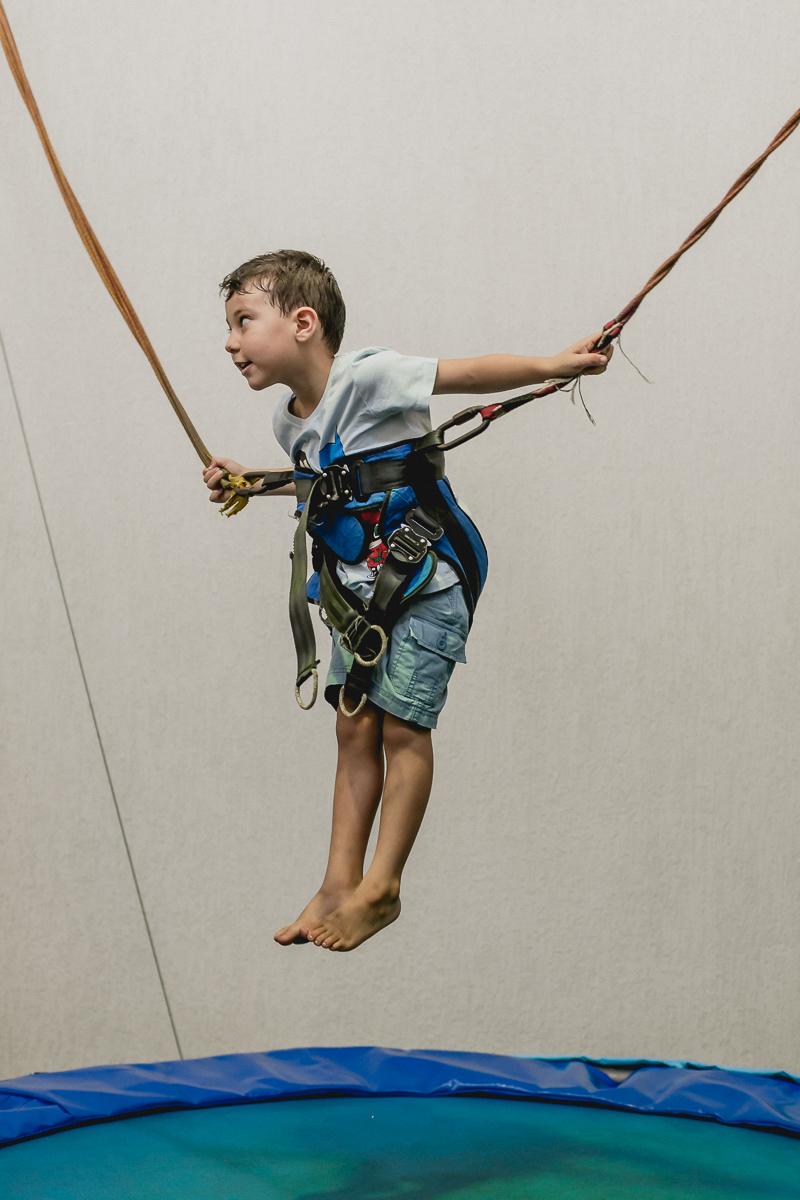 se divertindo no pula pula com cordas