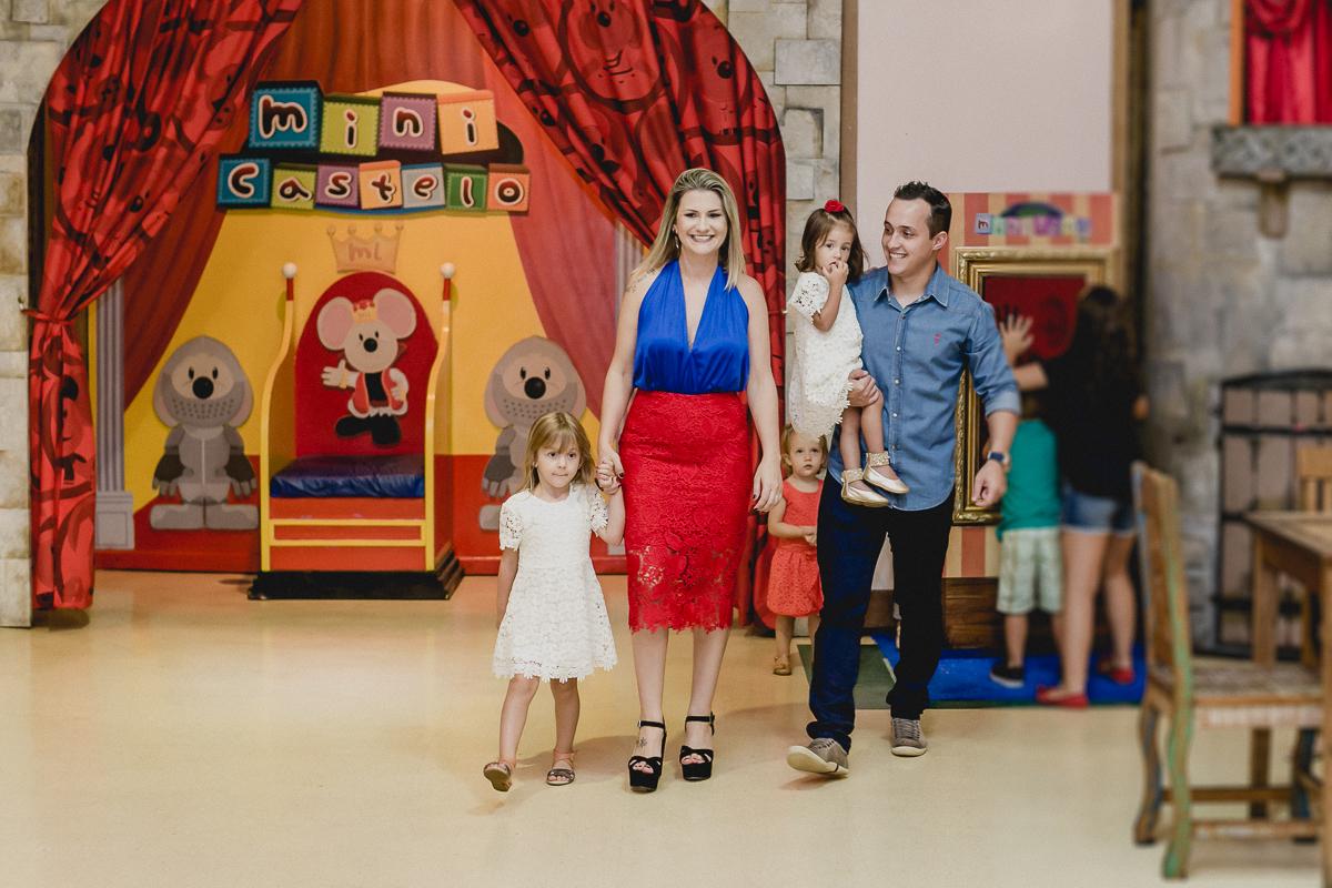 familia chegando no buffet miniland para a festa de 2 anos da sofia