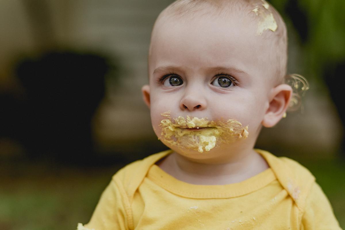 Joao com a boca toda suja de bolo no ensaio