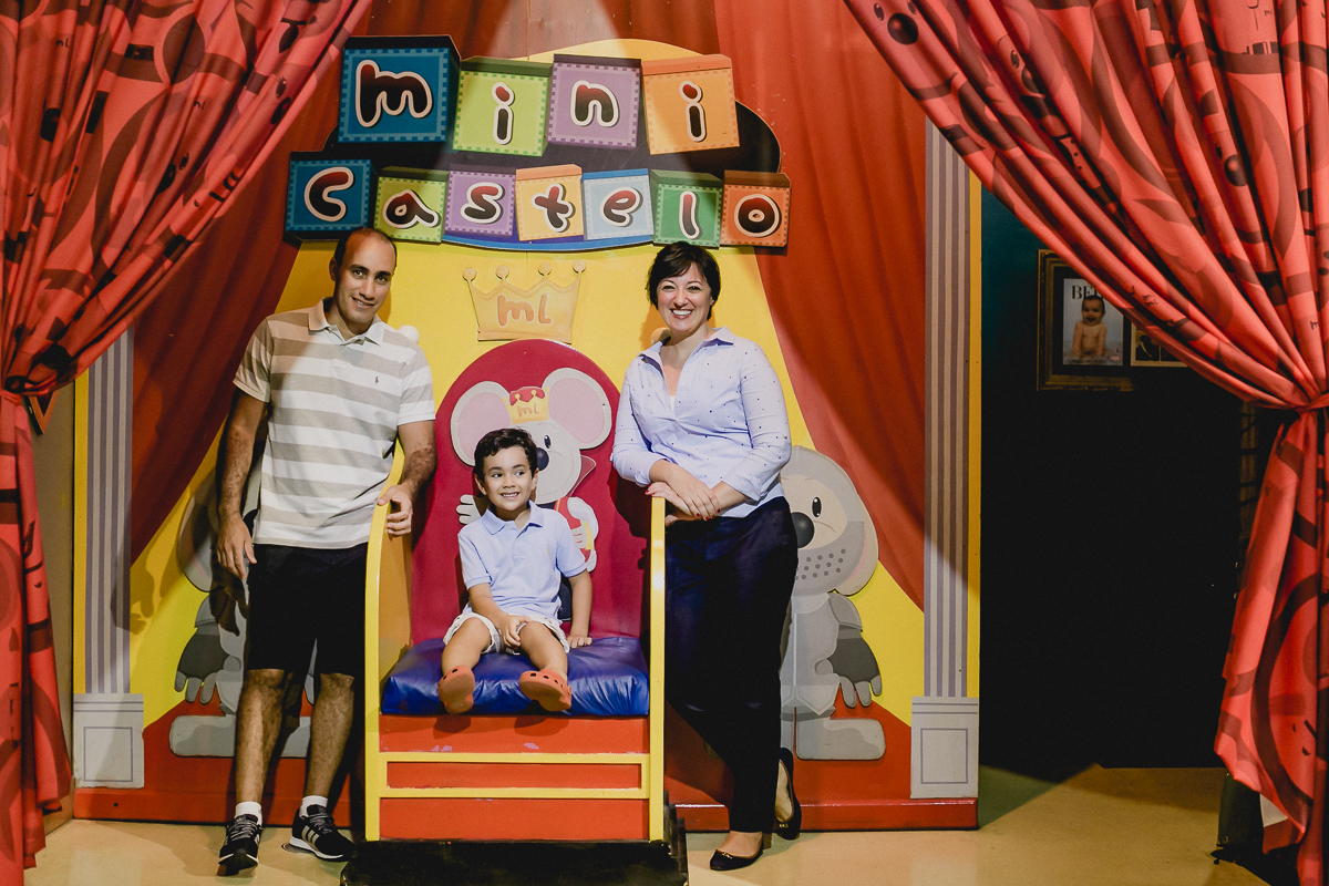 pedro no castelo do buffet miniland se divertindo com a familia
