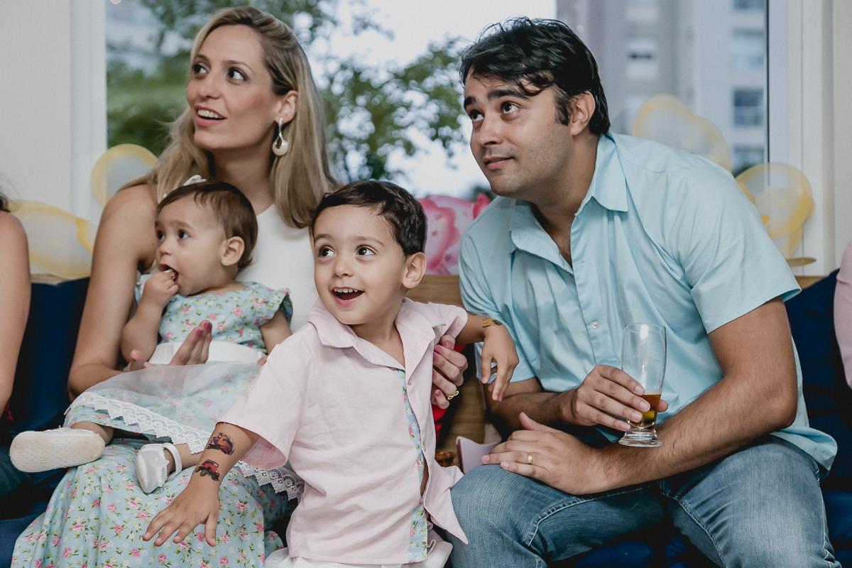 assistindo o show de magico com a familia