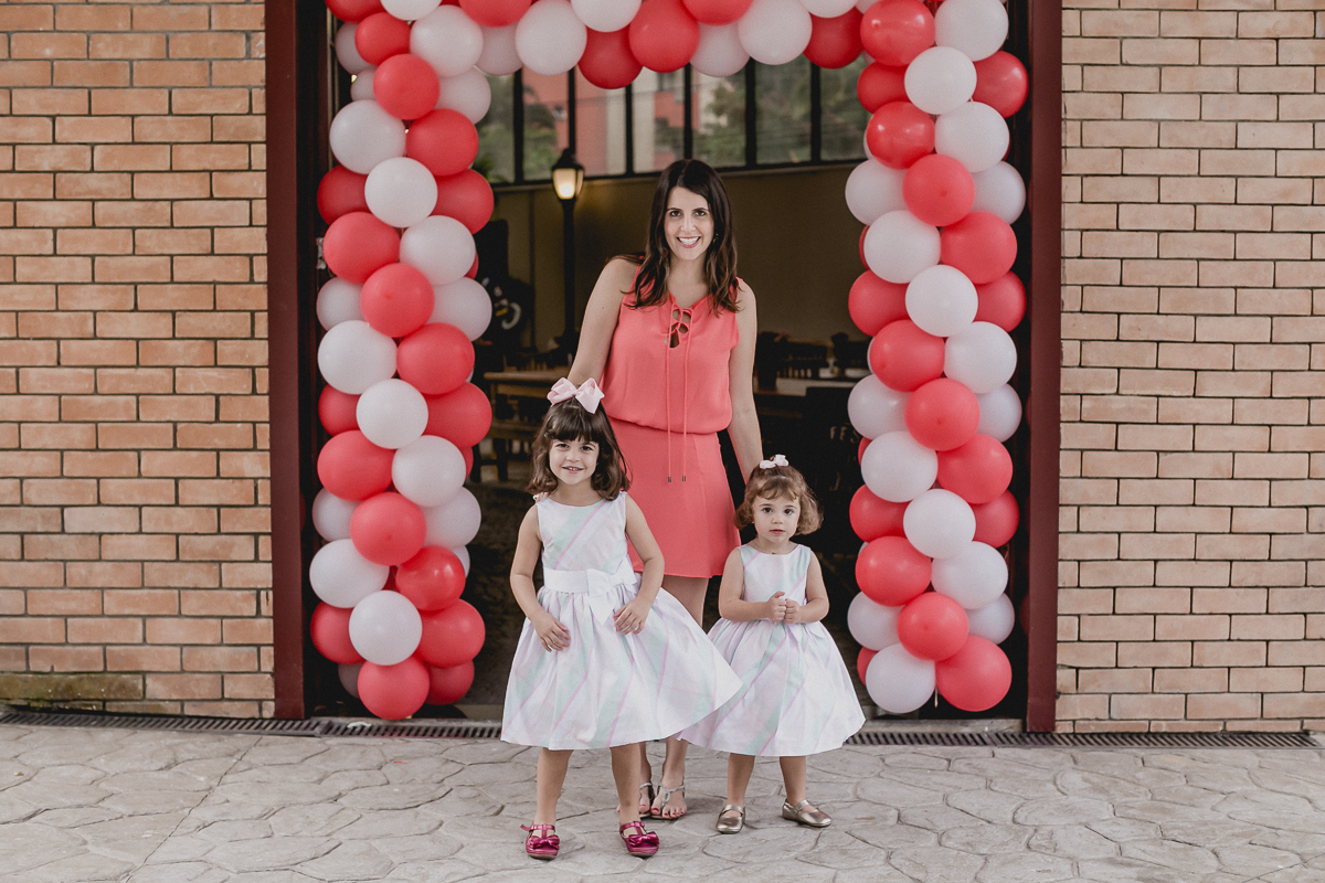 foto em familia na frente do buffet