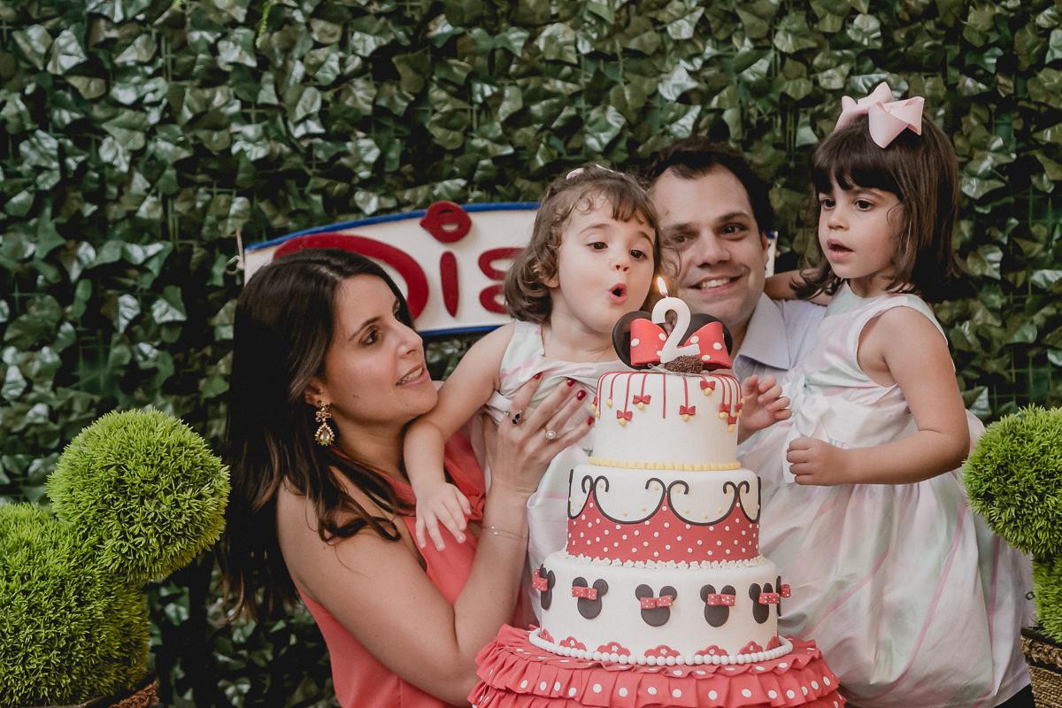 assomprando a vela do bolo