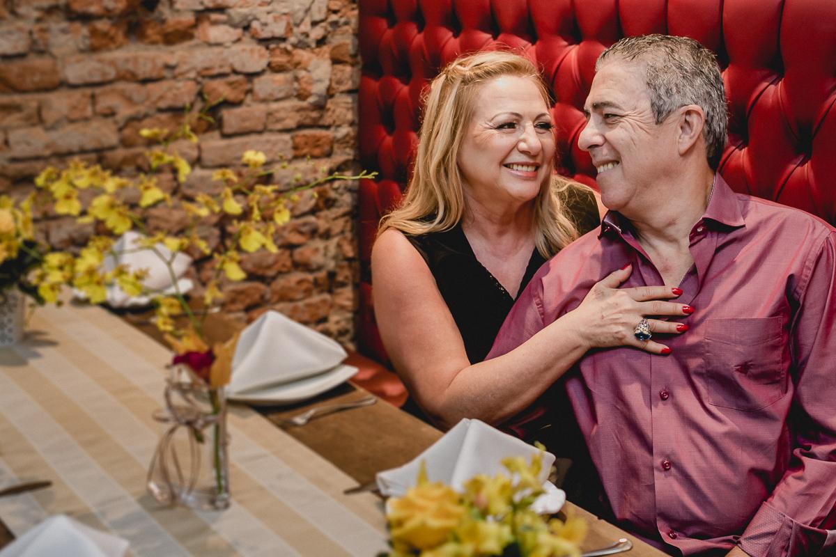 retrato de casal dentro do restaurante bravo bistro
