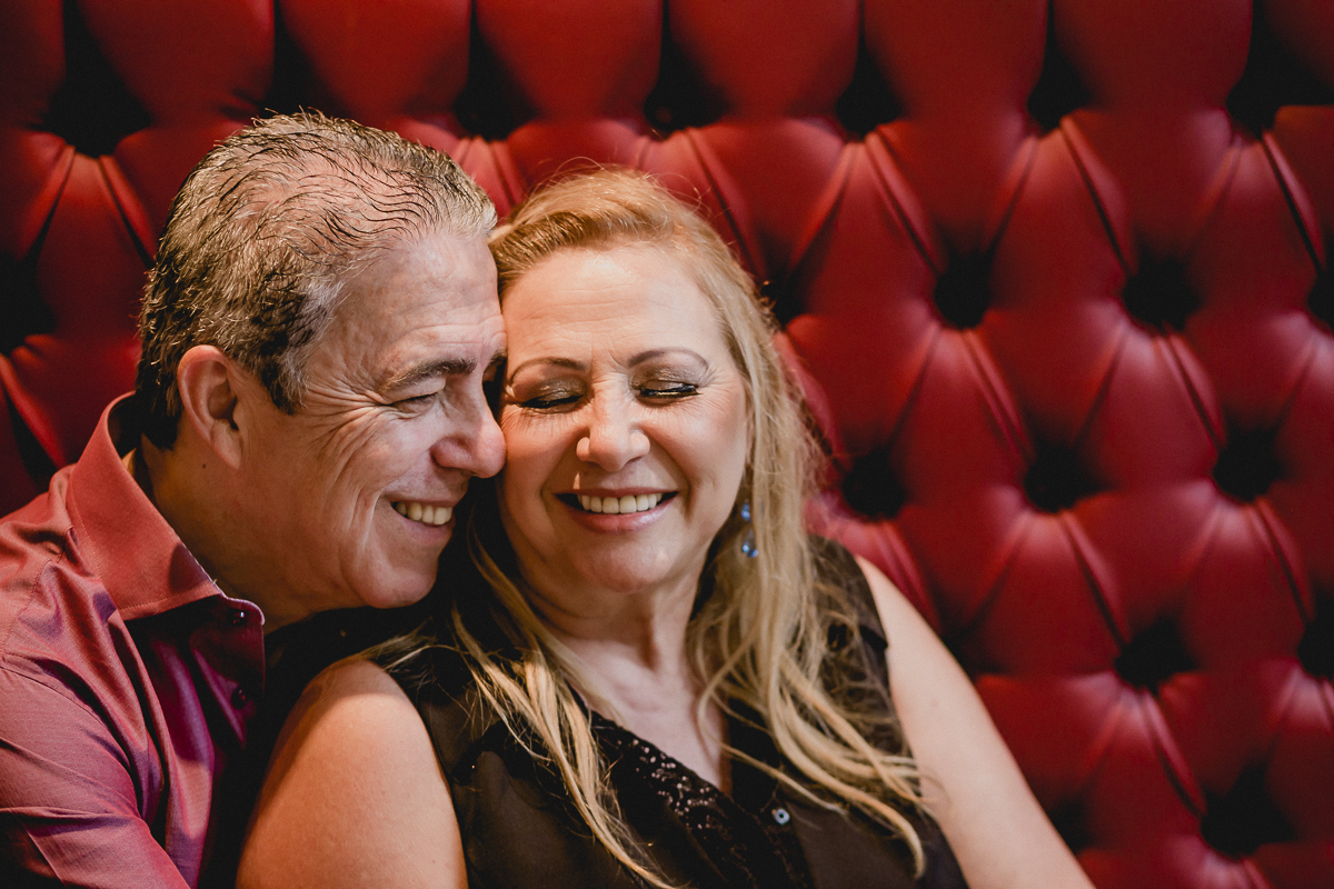 retrato do casal no sofa do restaurante