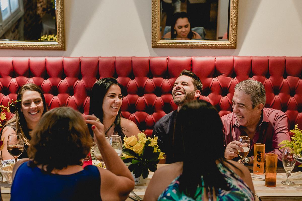 se divertindo e dando muitas risadas no restaurante com a familia