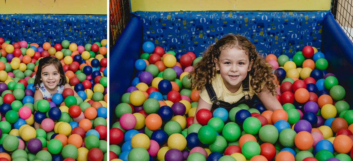 crianca se divertindo na piscina de bolinhas