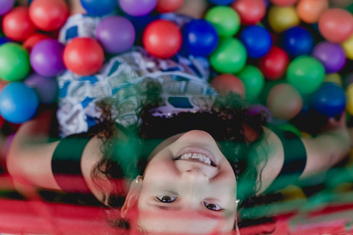 retrato infantil na piscina de bolinhas