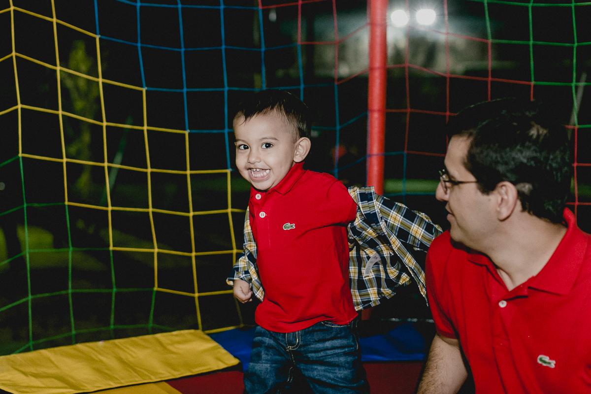 pedro se divertindo muito com o papai no pula pula