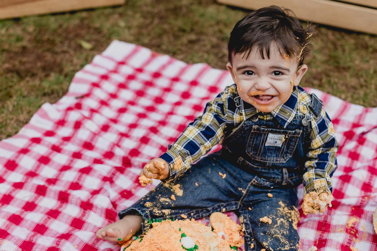 lucca dando muitas risadas e destruindo o bolo