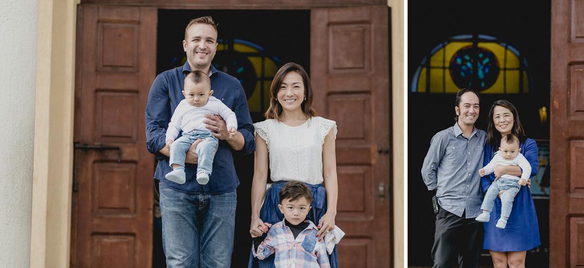 retrato em familia na frente da paroquia