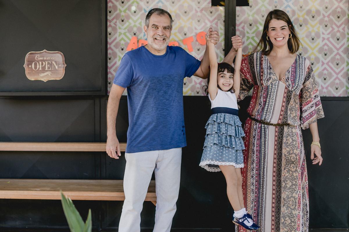 renata chegando para a festa de 4 anos com a familia no miniland tree