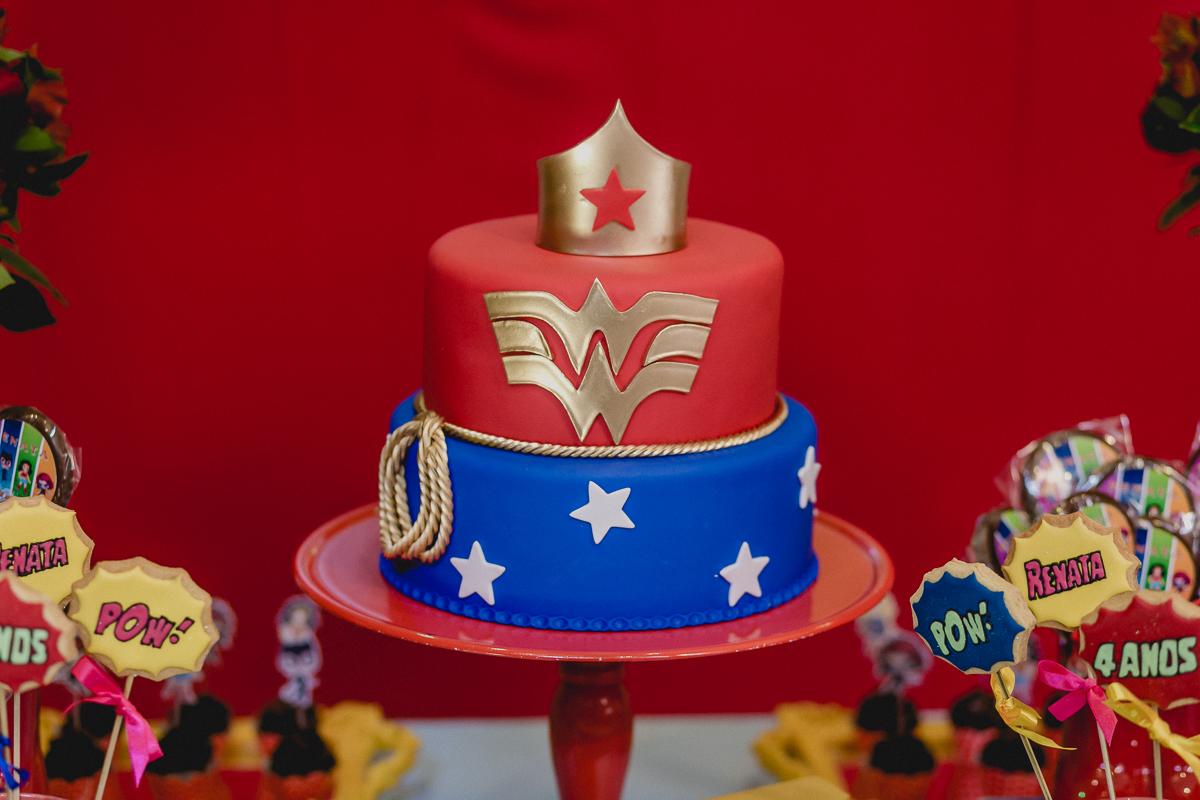 detalhes do bolo com o tema mulher maravilha e super heroinas