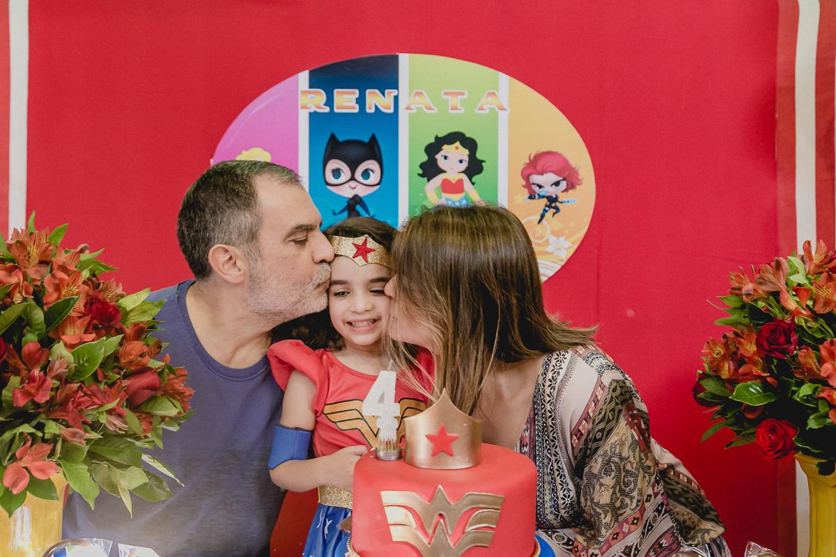 ganhando um beijo sanduiche do papai e da mamae