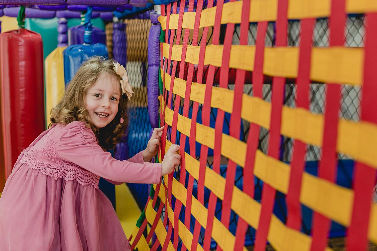 sofia atravessando a ponte do brinquedao