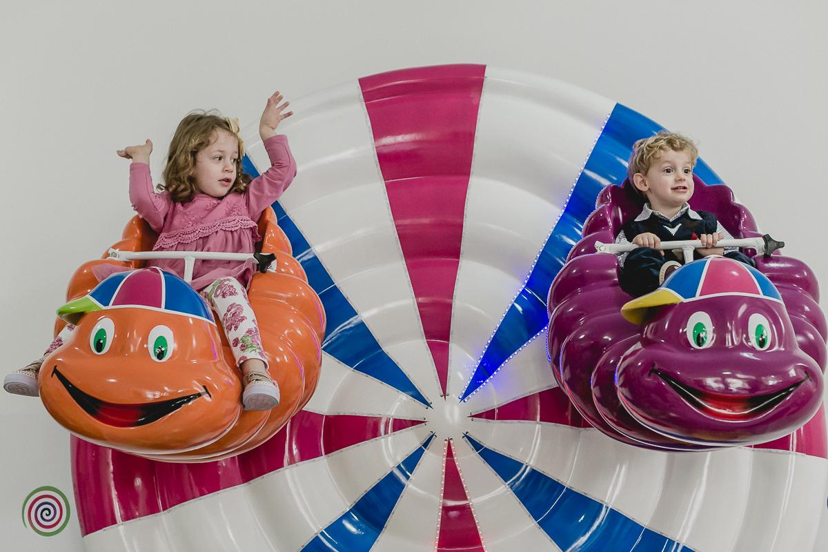 irmaos brincando na roda gigante